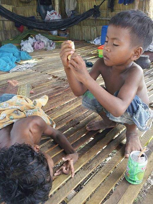 Cậu bé 6 tuổicẩn thậnchăm sóc anh trai bị khuyết tật. (Ảnh: Internet)