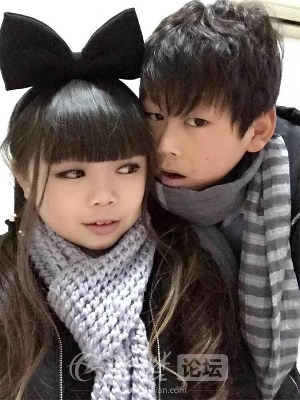 """Những bức ảnh về """"cặp đôi tiểu học"""" được cư dân mạng Trung Quốc chia sẻ rộng khắp mạng xã hội. (Ảnh: Internet)"""