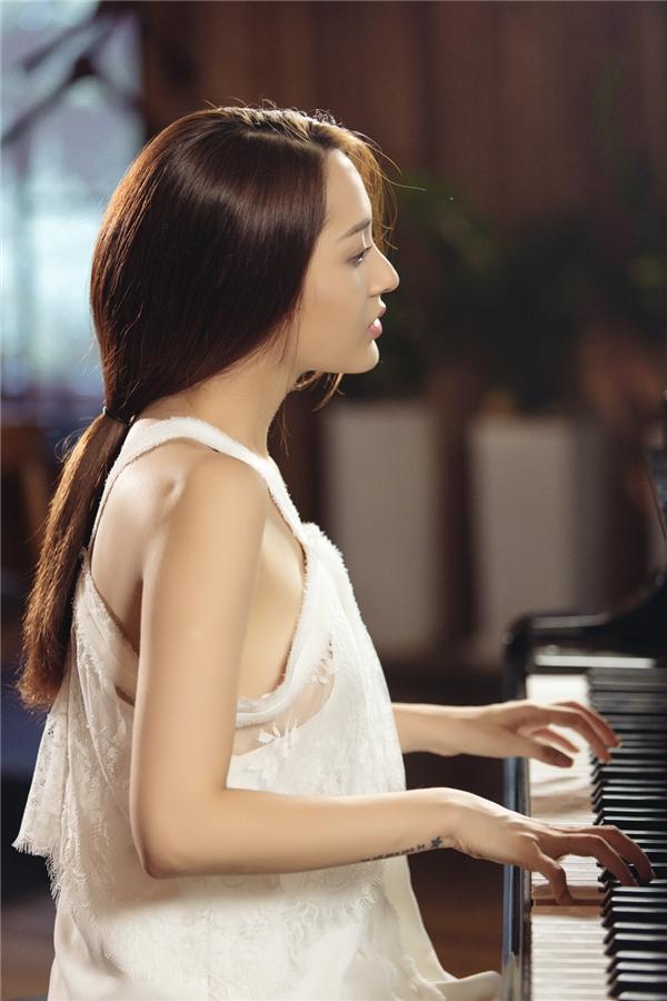 Trong MV lần này, giọng ca 24 tuổi vào vai nghệ sĩ piano, gặp nhiều đau khổ trong chuyện tình cảm.