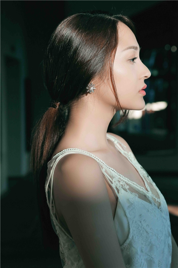 Với mong muốn mang lạimột MV ballad chỉnh chu vàđầy cảm xúc nhất, giọng ca xinh đẹp, đa tài quyết định kết hợp lại với Đinh Hà Uyên Thư.