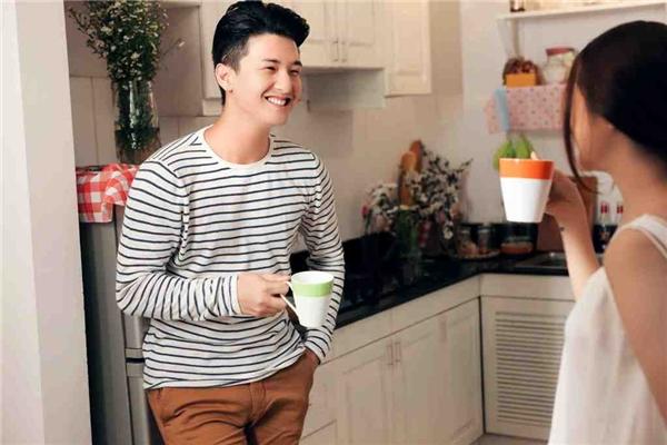 Bảo Anh đẹp tinh khôi e ấp bên Huỳnh Anh