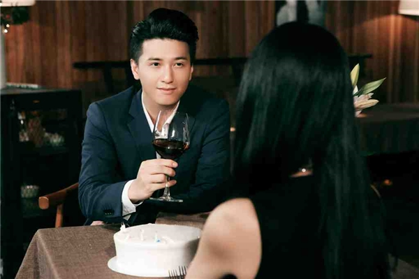 Huỳnh Anh khoe vẻ điển trai trong MV.