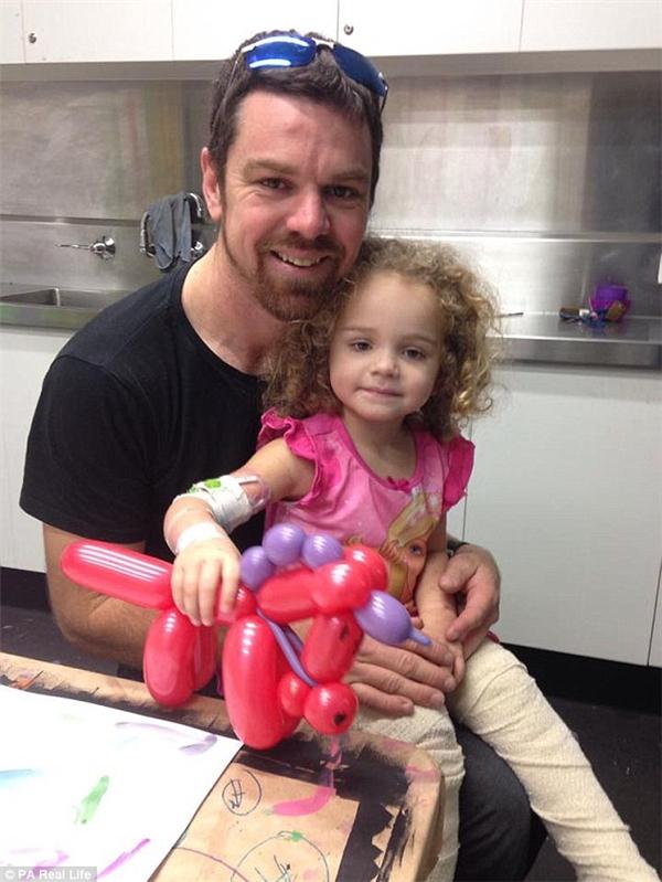 Bố của bé, anh Aaron, hiện đang tiến hành một chiến dịch đòi quyền được tiêm vắc-xin phòng bệnh.