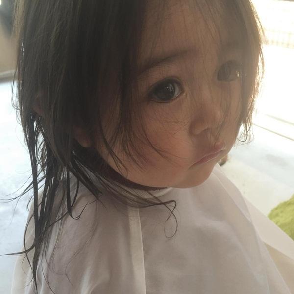 Đây là lần đầu tiên cô bé đi cắt tóc.