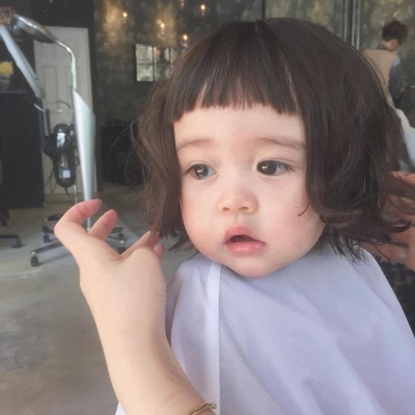 Cô bé được cắt kiểu tóc mái bằng đáng yêu.