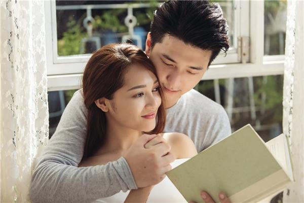 Bạn trai á hậu Hoàng Oanh vào vai người yêu của nữ ca sĩ nên họ có nhiều cảnh tình cảm.