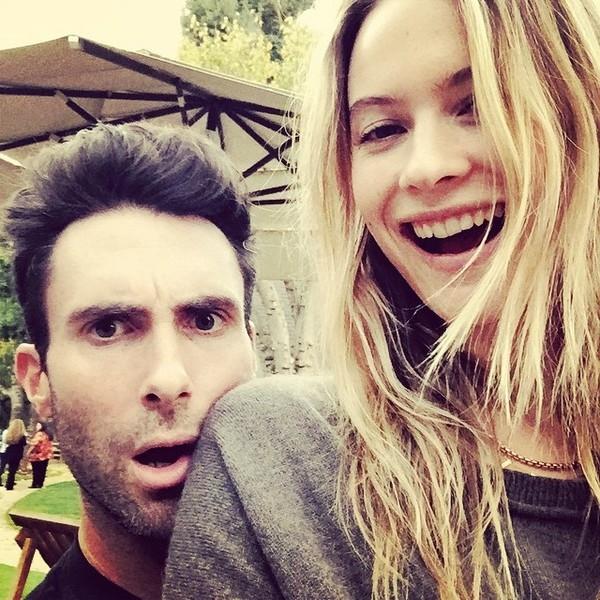 Trên Instagram của mình, Adam cập nhật thường xuyên những khoảnh khắc hạnh phúc với Behati.(Ảnh Instagram)