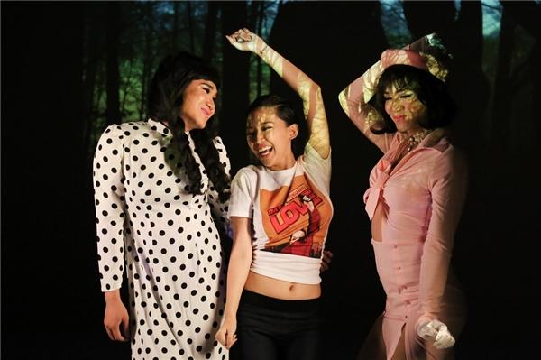 Tuy tạo được hiệu ứng tốt nhưng MV I'm in love cũng nhận về vài ý kiến trái chiều cho rằng việc cho hai diễn viên trẻ BB Trần và Tiko Tiến Công đóng giả người chuyển giới là thiếu tôn trọng cộng đồng này. - Tin sao Viet - Tin tuc sao Viet - Scandal sao Viet - Tin tuc cua Sao - Tin cua Sao