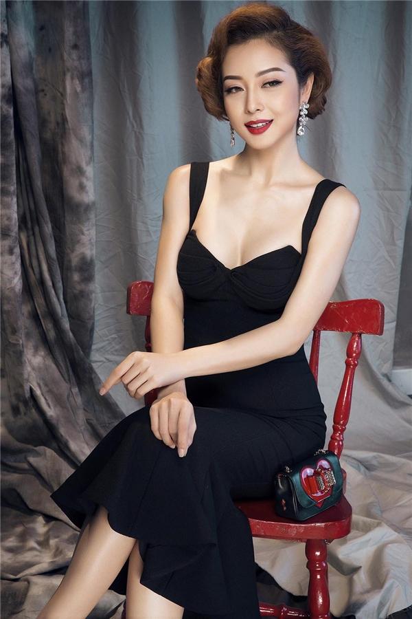 Vẫn sử dụng cấu trúc ôm sát đơn giản, Jennifer trở nên gợi cảm nhưng vẫn ngọt ngào nhờ đường xẻ ngực sâu chừng mực. Đi kèm bộ trang phục là chiếc ví cầm tay nhỏ xinh với họa tiết màu đỏ nổi bật, thu hút.