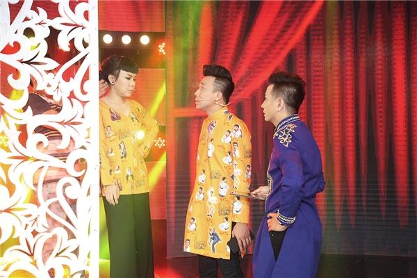 Hóa thân thành bà SáuHương và ông TámThành, Việt Hương liên tục chê đàn em nói nhiều, ồn ào, còn Trấn Thành trêu chọc đàn chị chỉ hợp với múa mâm đám giỗ.