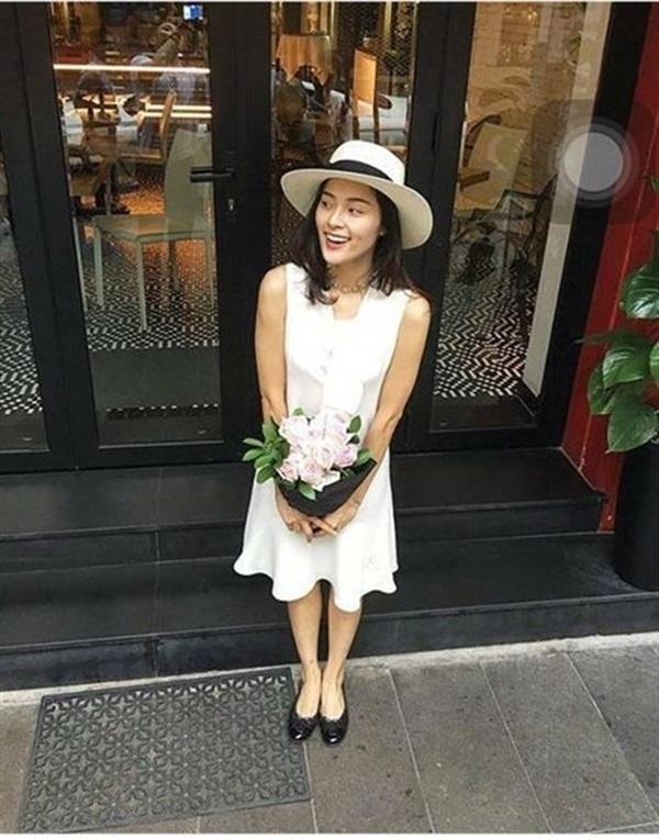 Cô thường xuyên đăng tải hình ảnh mỉm cười hạnh phúc bên những bó hoa do bạn trai tặng. - Tin sao Viet - Tin tuc sao Viet - Scandal sao Viet - Tin tuc cua Sao - Tin cua Sao