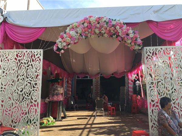 Cổng hoa và những dải ruy băng cùng các tấm vải lớn với gam trắng - hồng được dựng lên sẵn. - Tin sao Viet - Tin tuc sao Viet - Scandal sao Viet - Tin tuc cua Sao - Tin cua Sao