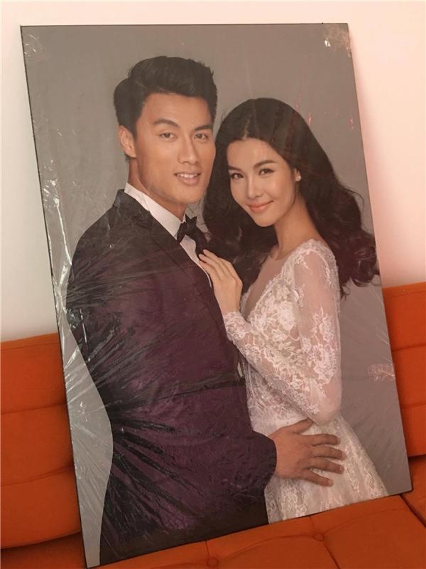 Ảnh cưới của cặp đôi Mạc Hồng Quân và Kỳ Hân được đặt trong nhà. - Tin sao Viet - Tin tuc sao Viet - Scandal sao Viet - Tin tuc cua Sao - Tin cua Sao