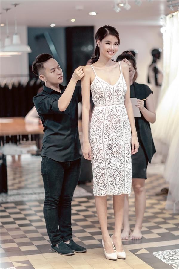 Chiều 13/6, cặp đôi cũng tiết lộnhững hình ảnh trong buổi thử trang phục cướicùng nhà thiết kế Chung Thanh Phong. - Tin sao Viet - Tin tuc sao Viet - Scandal sao Viet - Tin tuc cua Sao - Tin cua Sao