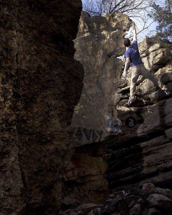 Dù không thể nhìn thấy nhưng anh có thể chinh phục được bộ môn leo núi. (Ảnh: Internet)