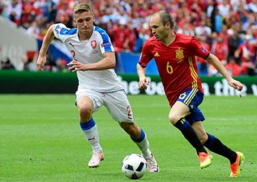 Andres Iniesta (phải) tỏa sáng nhưng TBN tới cuối hiệp 2 mới ghi bàn