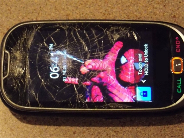 Khi màn hình điện thoại lỡ bị nứt thì phải làm sao?