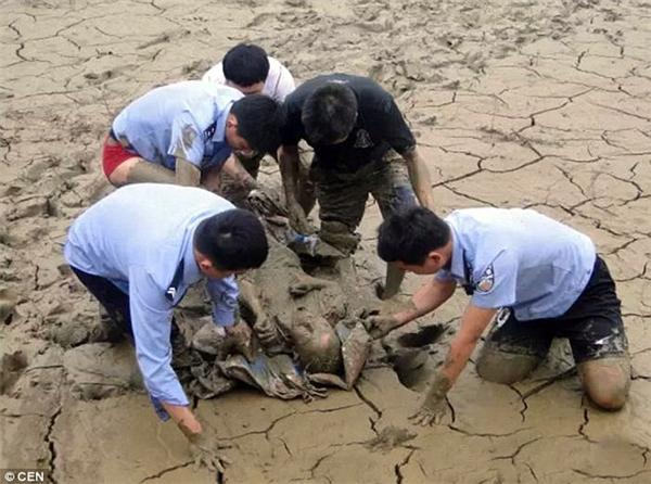 Ôngcụ Ren đã trải qua 12 tiếng kinh hoàng mắc kẹt trong lớp bùn chỉ vì cố gắng nhặt một chiếc vỏ chai.(Ảnh: CEN)