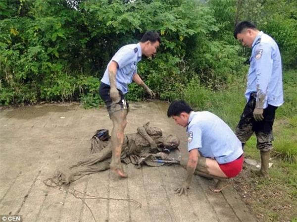 Các viên cảnh sát cùng 2 người qua đường cùng hợp sức giải cứu ông cụ tội nghiệp.(Ảnh: CEN)