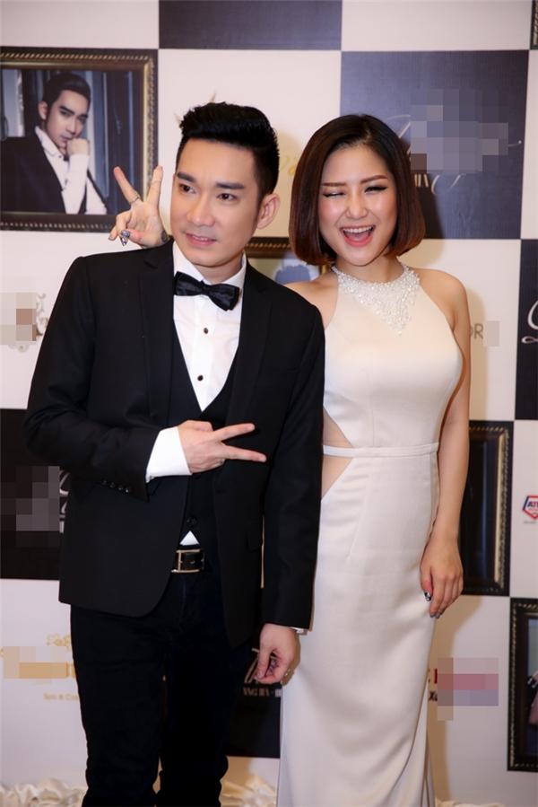 Xuất hiện tại buổi họp báo,Hương Tràm diện váy yếm khoét eogợi cảm, quyến rũ.