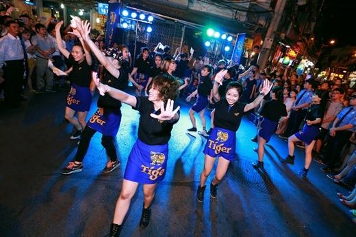 Trang Moon, HuyMe tay trong tay dự lễ hội đường phố