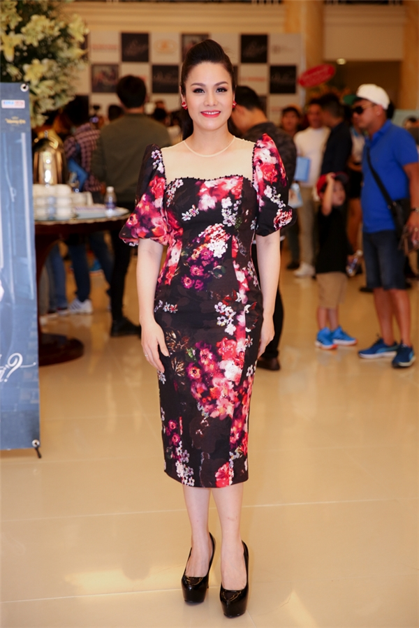 """Nhật Kim Anh thanh lịch với thời trang """"kín cổng cao tường"""".Từ khi làm mẹ, nữ ca sĩ được nhiều người nhận xétngày càng trở nên xinh đẹp."""