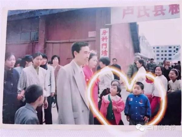Ở góc bên trái của bức ảnh có hai cô cậu bé đang đứng cạnh nhau chăm chú nhìn cô dâu chú rể.