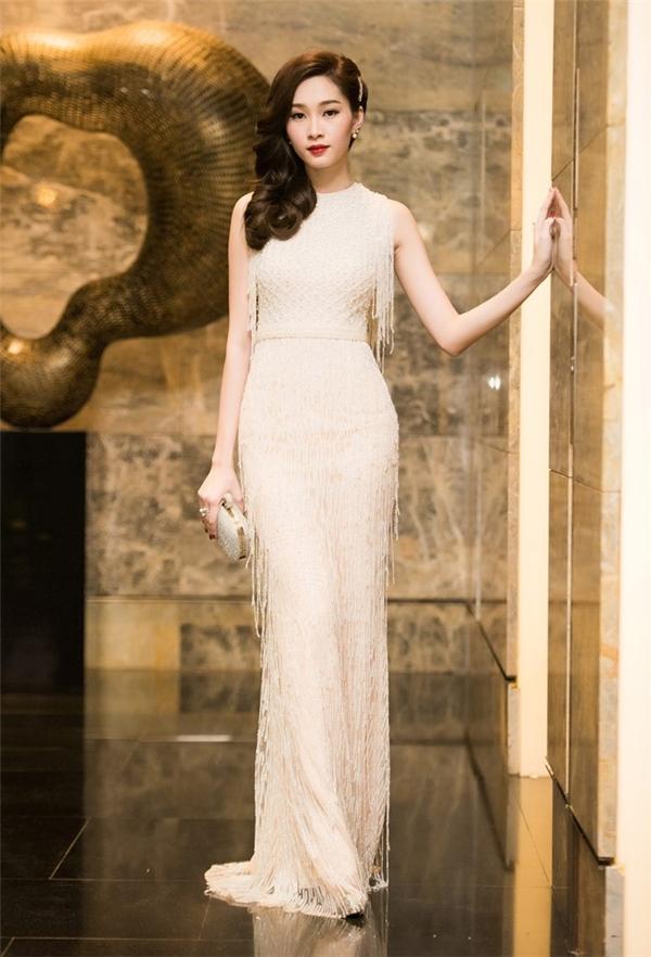 Trong đêm tiệc trước đó tại thủ đô Hà Nội, Thu Thảo khoe khéo vóc dáng thanh mảnh trong chiếc đầm ôm màu trắng với chi tiết tua rua làm điểm nhấn. Đây cũng là mốt trang phục đang lên ngôi trong mùa Xuân - Hè năm nay.