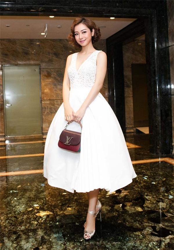 """Hoa hậu Thu Thảo biến hóa như """"tắc kè hoa"""" trên thảm đỏ"""