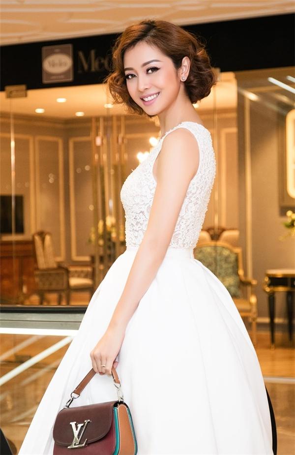 Hoa hậu Jennifer Phạm như nàng công chúa bước ra từ thế giới cổ tích đầy màu sắc trong bộ váy trắng của nhà thiết kế Lê Thanh Hòa. Mái tóc uốn xoăn theo phong cách cổ điển của cô nhận được nhiều lời khen khi mang đến vẻ ngoài mới lạ.