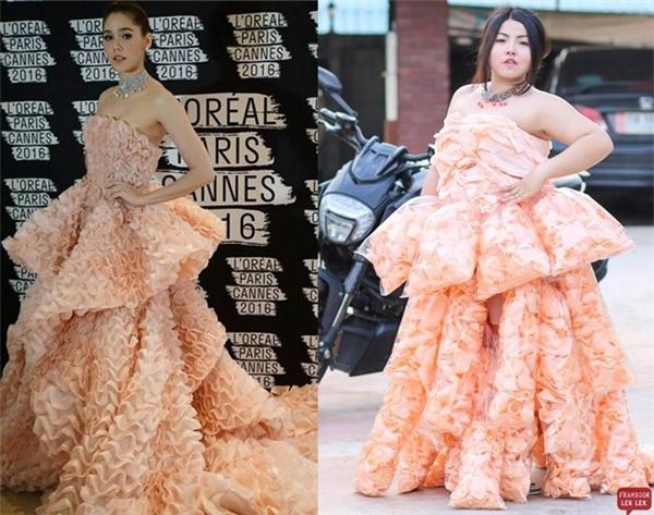 Gần đây nhất, nàng béo thực hiện lại bộ váy mà nữ diễn viên Chompoo Araya từng diện trên thảm đỏ Liên hoan Phim Cannes 2016 vừa qua. Nếu như bộ váy của Chompoo vô cùng đắt đỏ thì bản cover lại có giá rất rẻ khi được làm từ những túi bánh snack xếp chồng lên nhau.