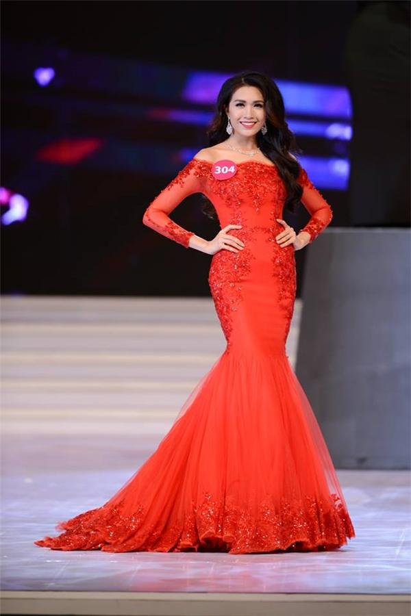Sau khi đăng quang ngôi vị Á hậu 2 Hoa hậu Hoàn vũ Việt Nam 2015, Lệ Hằng gây tranh cãi trong dư luận bởi câu trả lời ứng xử không thuyết phục. Bên cạnh đó, chiều cao và chỉ số hình thể của cô cũng khiến khán giả nghi vấn. Theo chỉ số nhân trắc học thời điểm đó, Lệ Hằng cao 1m74 và số đo 3 vòng lần lượt là 81-64-87. Số đo vòng eo của cô chính là điểm trừ lớn nhất bởi khiến thân hình Lệ Hằng trông kém thon gọn.