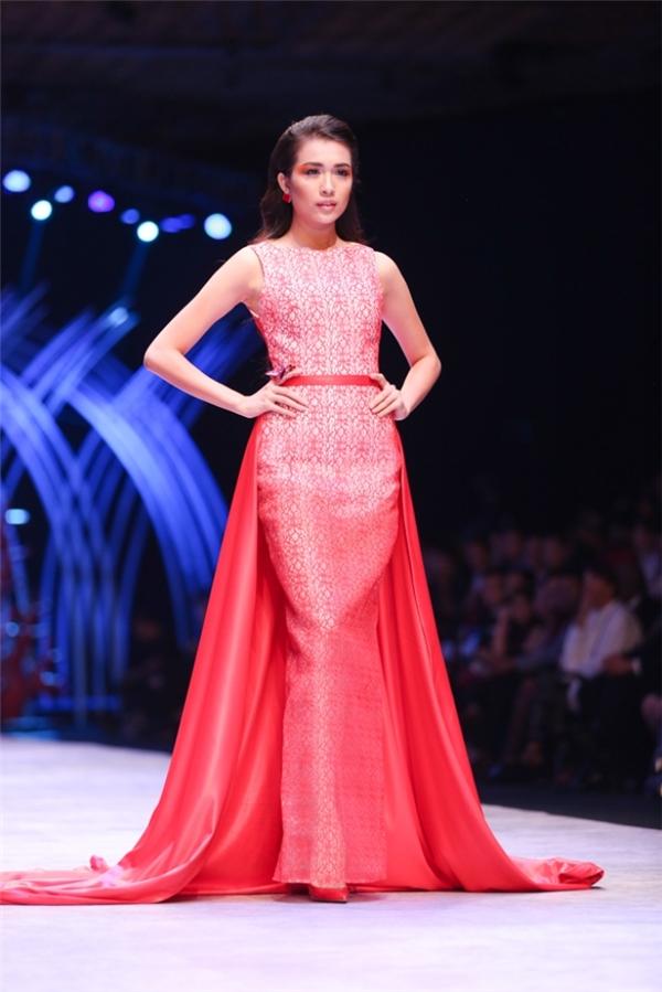 Lệ Hằng cũng từng tham gia Hoa hậu Việt Nam nhưng không lọt top cao vì quá non nớt. Năm 2014, cô đạt một giải thưởng về nghề mẫu. 1 năm sau, nhan sắc gốc Đà Nẵng được xướng tên cho ngôi vị Á hậu 2 Hoa hậu Hoàn vũ Việt Nam 2015.