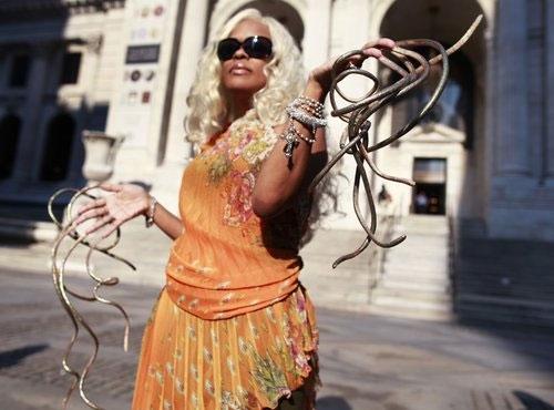 """Chris """"The Dutchess"""" Walton là người đang giữ kỉ lục người có móng tay dài nhất thế giới. Tính tới năm 2011, bộ móng trái của cô dài 309,7 cm và bộ móng phải dài 279,4 cm, cô đã không cắt móng tay trong vòng 18 năm. (Ảnh: Internet)"""