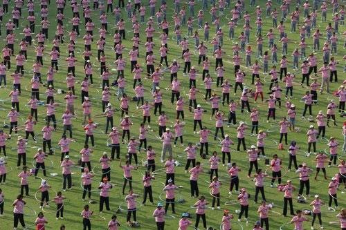Tại Thái Lan cũng đã xác lập nên kỉ lục thế giới với số lượng người đồng diễn lắc vòng cùng lúc đông nhất thế giới, đã có 4483 người đồng diễn lắc vòng trong 7 phút ở trường đại học Thammasat ngoại ô Bangkok. (Ảnh: Internet)