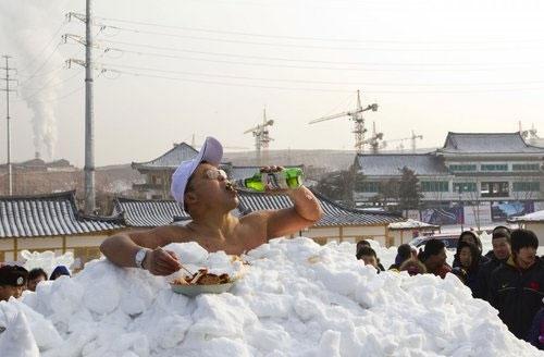 Ông Jin Songhao người Trung Quốc lập kỉ lục ở trần trong tuyết lâu nhất thế giới vào tháng 01/2011. Ông đã vùi mình trong tuyết lạnh suốt 46 phút 7 giây mà không hề có quần áo trên người. (Ảnh: Internet)