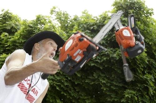 Một kỉ lục khá nguy hiểm thuộc về Milan Roskopf người Slovakia khi ông tung hứng 3 chiếc máy cưa điện thành công liên tiếp 62 lần vào năm 2009, tự phá vỡ kỉ lục của mình vào năm 2008. (Ảnh: Internet)