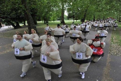 Tháng 6/2010, rất đông người dân nước Anh đã kêu gọi gây quỹ từ thiện bằng cách mặc trang phục Sumo Nhật Bản chạy bộ 5km trong công viên Battersea ở thủ đô London. Sau đó, ban tổ chức đã đăng ký lập kỉ lục thế giới cho nội dung số người mặc đồ Sumo chạy bộ đông nhất thế giới. (Ảnh: Internet)