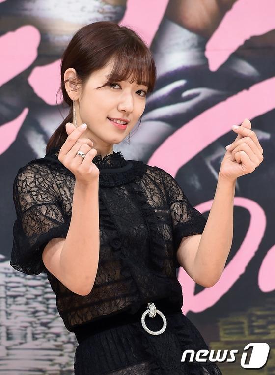 Cận cảnh vẻ ngoài xinh đẹp và dịu dàng của Park Shin Hye