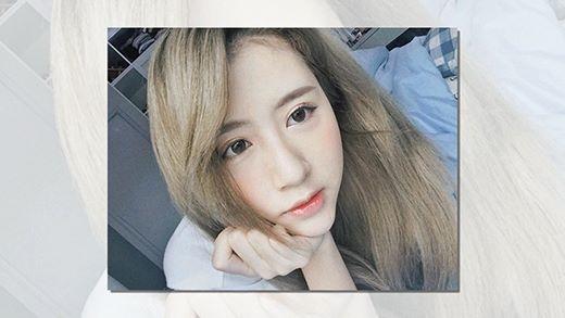 Làn da của Quỳnh Anh Shyn trông càng thêm trắng ngần khi cô nàng nhuộm tóc màu rêu khói - tông màu tôn da hot nhất hè này.