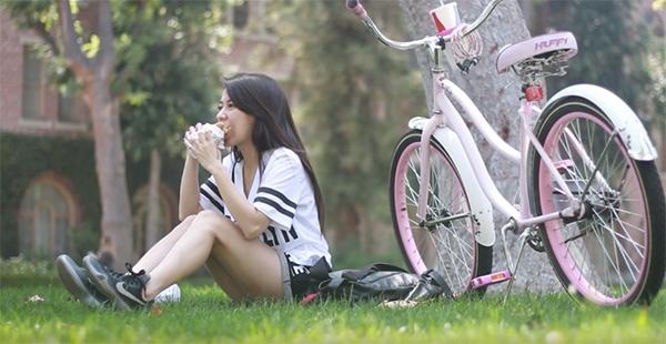 Hàng ngày nữ ca sĩ đạp xe đến trường để tham gia các môn học. Sau đó, cô lót dạ bữa trưa bằng bánh mì và nước ngọt. - Tin sao Viet - Tin tuc sao Viet - Scandal sao Viet - Tin tuc cua Sao - Tin cua Sao