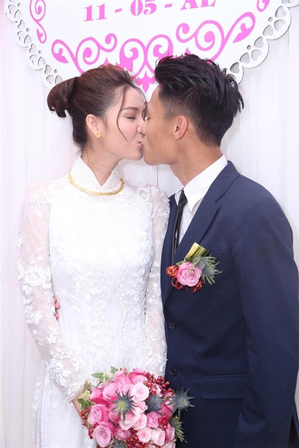 Cặp đôi dành cho nhau nụ hôn thắm thiết trước sự chứng kiến của gia đình hai bên. - Tin sao Viet - Tin tuc sao Viet - Scandal sao Viet - Tin tuc cua Sao - Tin cua Sao