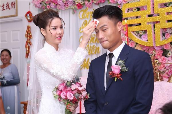 """Cô dâu ân cần lau mồ hôi cho """"ông xã"""" - Tin sao Viet - Tin tuc sao Viet - Scandal sao Viet - Tin tuc cua Sao - Tin cua Sao"""