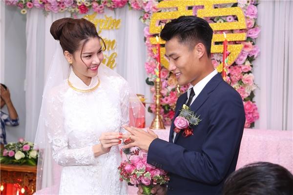 """Cặp đôi cùng nhau trao nhẫn cưới như lời hứa hẹn """"sống mãi bên nhau"""". - Tin sao Viet - Tin tuc sao Viet - Scandal sao Viet - Tin tuc cua Sao - Tin cua Sao"""