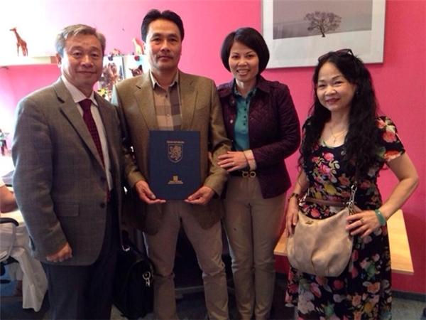 Bố mẹ Mạc Hồng Quân (ở giữa) trong ngày nhận bằng tốt nghiệp THPT thay anh tại Cộng hòa Séc. - Tin sao Viet - Tin tuc sao Viet - Scandal sao Viet - Tin tuc cua Sao - Tin cua Sao