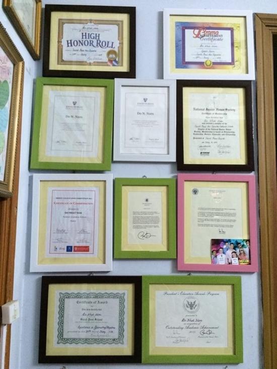 Bộ sưu tập thành tích học tậpcủa Nhật Nam ở Mỹ. (Ảnh: Internet)