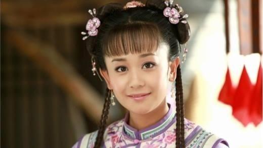 Tạo hình Hạ Tử Vi của Hải Lục không quá xấu, nhưng đặt cạnh Lâm Tâm Như thì chênh lệch quá lớn. Đặc biệt là đôi tai xấu xí làm khuôn mặt cô càng kém xinh hơn.
