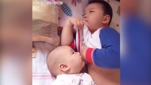 Khi mẹ vắng nhà để bé một mình cùng các ông bố