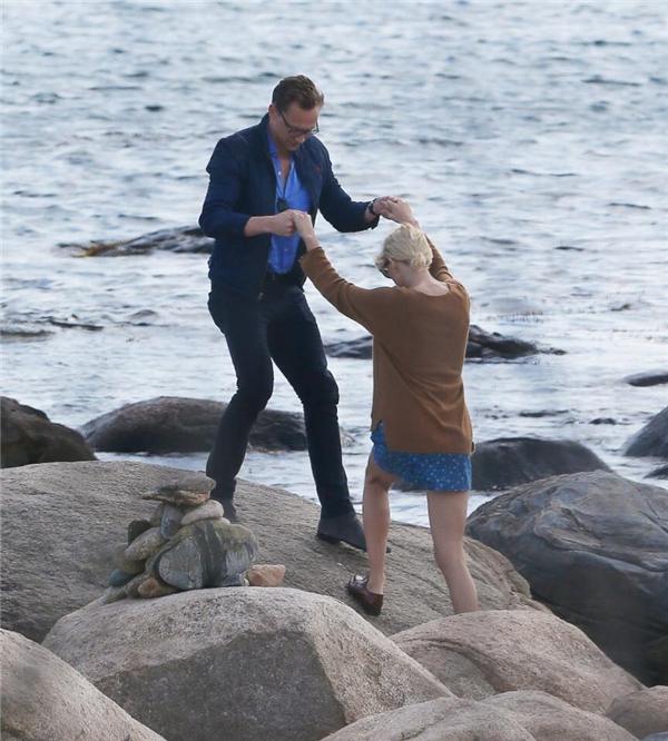 Cặp tình nhân có vẻ vô cùng hạnh phúc dìu nhau trên mỏm đá. (Ảnh: Internet)
