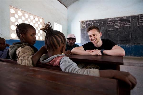 Tom giản dị đến thăm một lớp học cho trẻ em ở Châu Phi, Tom là một đại sứ thiện chí của UNICEF. (Ảnh: Internet)